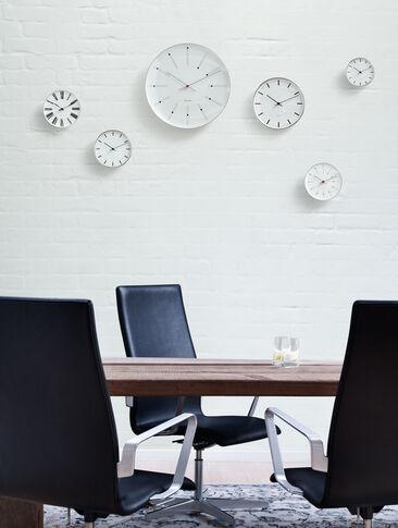 Kellotaulut luovat kiinnostavan koristeellisen kokonaisuuden kokoustilaan