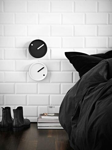 Kellotaulut luovat hauskan yksityiskohdan moderniin makuuhuonetilaan