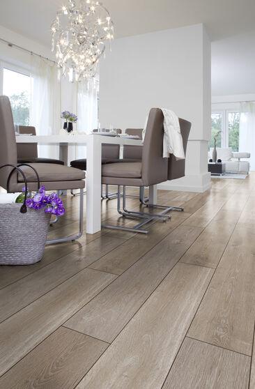 Linjakas lattialaminaatti on luonteva osa skandinaavista sisustusta