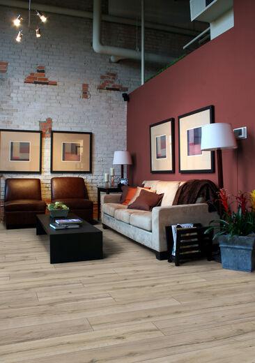 Hienoisen rustiikkishenkinen lattia jättää tilaa sisustuksen vivahteikkaille värisävyille