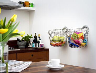 Käteviä säilytysratkaisuja keittiön avoimelle seinustalle