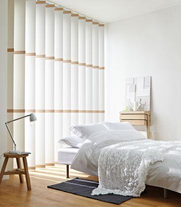 Sisustuksen ilmettä mukailevat kaihtimet makuuhuoneen ikkunoihin