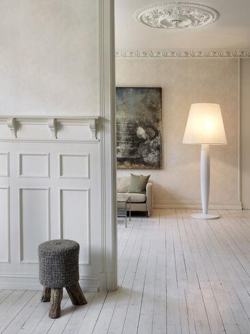 Modernit kalusteet luovat kiinnostavan kontrastin huonetilan klassiseen henkeen