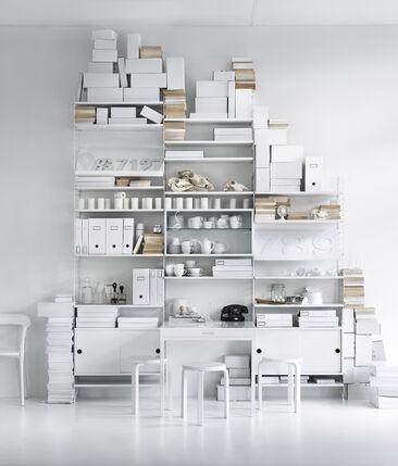 Valkoisen keittiön sisustuksen säilytysratkaisut näppärällä, muuntuvalla hyllykokonaisuudella
