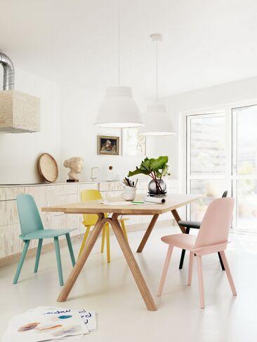 Vaaleasävyisen ruokailutilan ilme piristyy värikkäillä tuoleilla