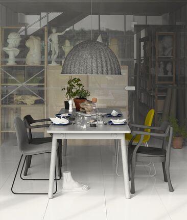 Erilaisilla tuoleilla ja näyttävällä valaisimella ilmettä ruokailutilan sisustukseen