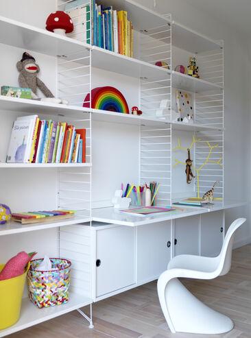 Kätevät hyllyrakenteet luovat lastenhuoneeseen säilytysratkaisun ja työtason