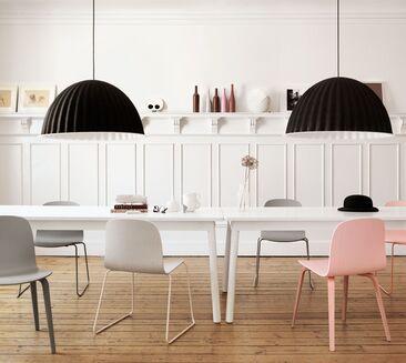 Erivärisillä tuoleilla voi luoda helposti kivaa vaihtelua sisustukseen