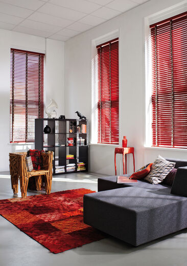 Punaiset yksityiskohdat tuovat lämpöä loft-asunnon olohuoneeseen