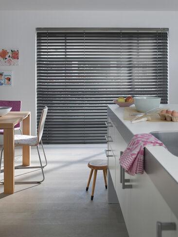 Modernin hillitty keittiö pinkeillä yksityiskohdilla