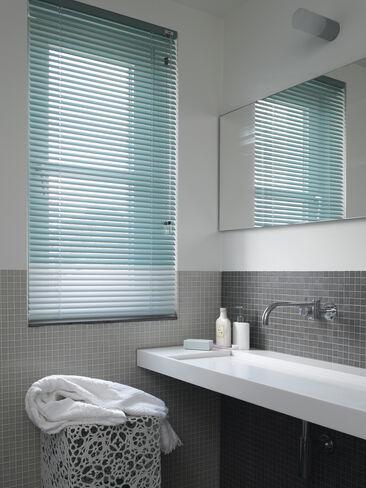 Valoisa, harmaa-valkoinen kylpyhuone