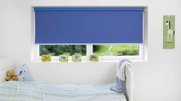 Lastenhuoneen sisustus värikkäällä verholla