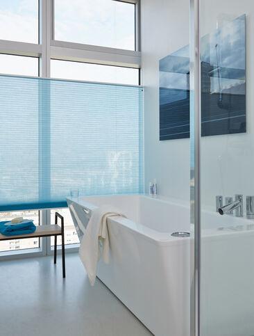 Elegantti, valoisa kylpyhuoneen sisustus