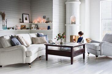 Olohuoneen sisustuksessa klassisen tyylikkäät sohva ja nojatuoli