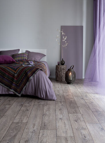 Makuuhuoneen sisustuksella rauhallinen tunnelma