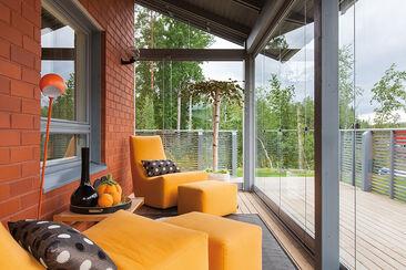 Mukava oleskelutila terassilla on sisustettu pirteän värisillä nojatuoleilla