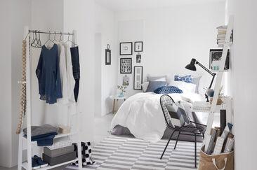 Valkoisen, sinisen ja harmaan sävyt antavat makuuhuoneelle ihanan raikkaan ilmeen