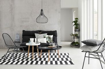 Rouhean teollista tyyliä pehmennetään skandinaavisilla sisustuselementeillä ja tekstiileillä