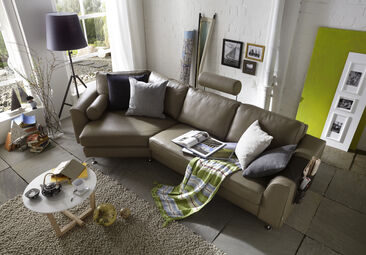 Muhkea sohva runsailla tyynyillä luo rennon tunnelman