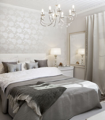 Harmoninen värimaailma, runsaat tekstiilit ja ripaus kimallusta makuuhuoneen sisustuksessa