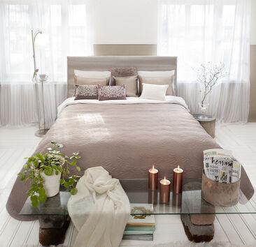 Makuuhuoneen pehmeä ja harmoninen tunnelma kutsuu rentoutumaan