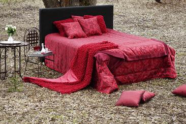 Dramaattista punaista ja ylellistä tunnelmaa makuuhuoneeseen