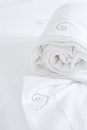 Kristallein kirjaillut pyyhkeet tuovat pientä ylellisyyttä kylpyhuoneeseen