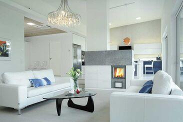 Takka toimii modernissa kodissaan kauniina tilanjakajana
