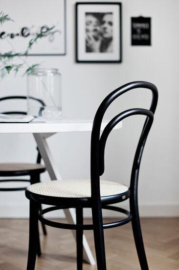 Tämä tuoli on linjakkaiden muotojensa ja aitojen materiaaliensa ansiosta oikea klassikkojen klassikko