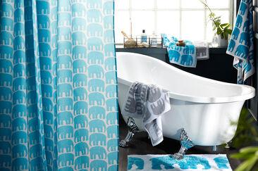 Raikkaan turkoosi Elefantti-kuosi toistuu kylpyhuoneen tekstiileissä