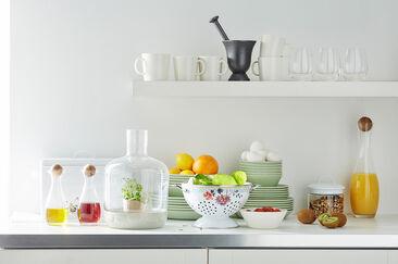 Valkoinen keittiö maustettuna pienillä väripilkuilla on ihanan raikas ilmestys