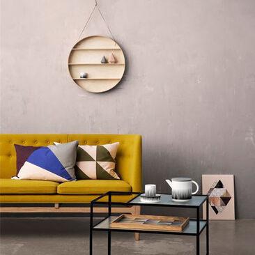 Hauskassa pyöreässä hyllyssä viihtyvät kodin kauneimmat esineet