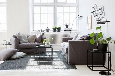 Ihanan pehmeä tunnelma syntyy muhkeilla sohvilla, runsailla tekstiileillä ja seesteisellä värimaailmalla