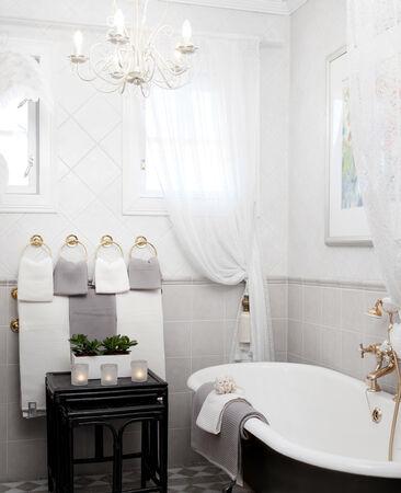 Kauniit pyyhkeet kruunaavat kylpyhuoneen harmonisen ilmeen