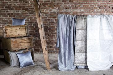 Hohtavat sävyt tekstiileissä luovat tyylikästä ja ylellistä tunnelmaa