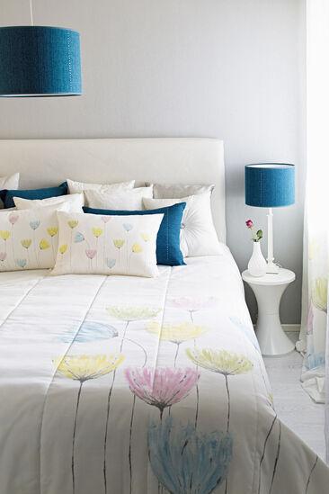 Raikkaan väriset tekstiilit tuovat kevään kotiin