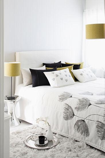 Tekstiilien harkittu värimaailma luo makuuhuoneeseen kauniin ja rauhallisen tunnelman
