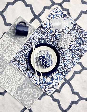 Siroja ja sinivalkoisia kuvioita astioissa