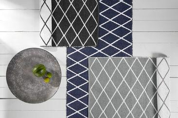 Kestävä ja helppohoitoinen matto hauskalla salmiakkikuviolla