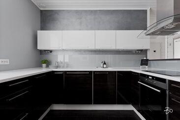 Mustavalkoinen moderni keittiö