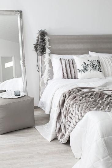 Pehmeitä sävyjä ja materiaaleja makuuhuoneen tekstiileissä