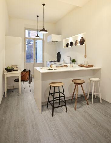 Puukuvioinen vinyylilattia keittiössä