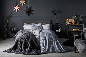 Seesteinen tummasävyinen sisustus makuuhuoneessa