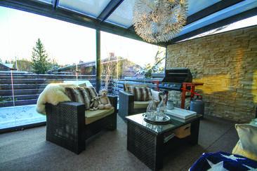 Rivitalokodin viihtyisä lasiterassi
