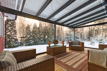 Lasitetulla terassilla kelpaa ihailla talvista maisemaa