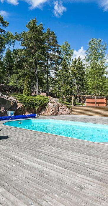 Moderni terassi uima-altaalla