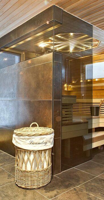 Moderni sauna lasiseinällä