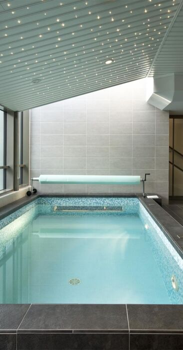 Upea spa-osasto suurella uima-altaalla