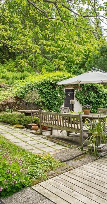 Vehreä puutarha ja viihtyisä terassi