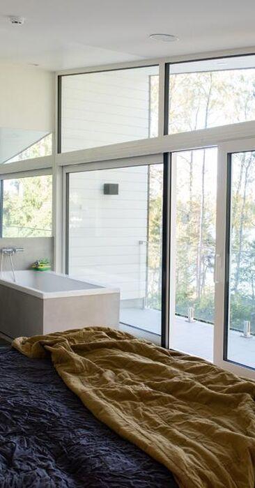 Makuuhuoneen suurista ikkunoista näkee merelle